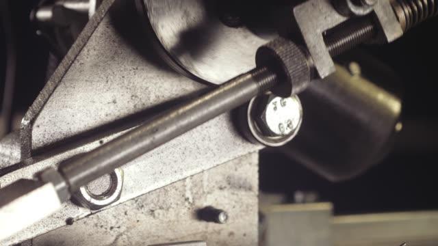bandsäge closeup schärfen - bandsäge stock-videos und b-roll-filmmaterial