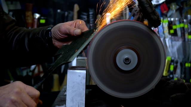 vídeos y material grabado en eventos de stock de afilado cuchillo en molinillo - cuchillo cubertería