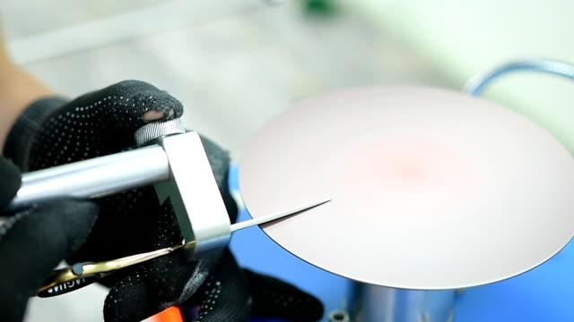 vídeos de stock, filmes e b-roll de afiar tesouras em uma máquina especial - afiado