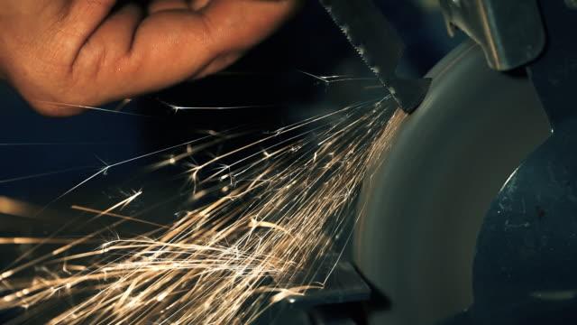 keskinleştirme araçları el işçisi - demir stok videoları ve detay görüntü çekimi