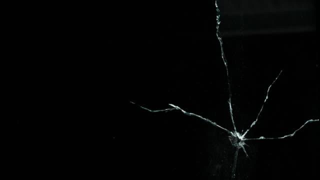 specchio in frantumi rotto crack vetro - vetro video stock e b–roll