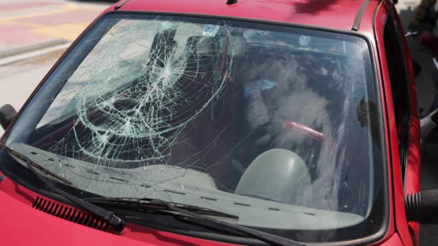 vidéos et rushes de accident de la route pare-brise brisé - pare brise