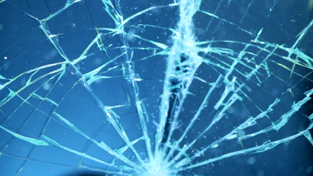splittras glasskärm. att bryta och sprickbildning skärmen - vindruta bildbanksvideor och videomaterial från bakom kulisserna