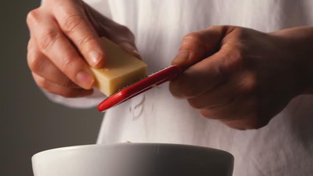 vidéos et rushes de raser le fromage. - parmesan
