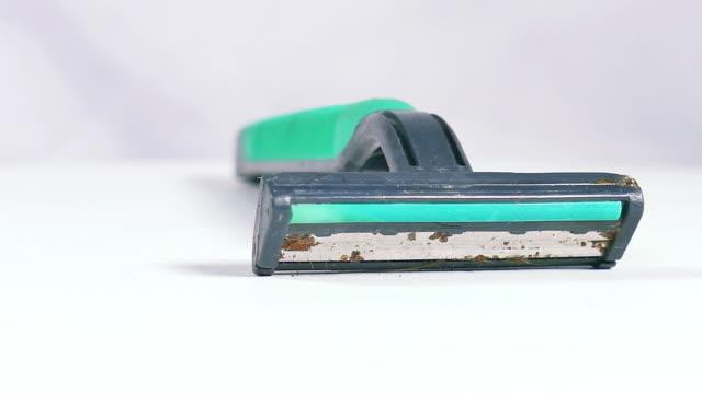 vidéos et rushes de rasoir vieux utilisé seul sur fond blanc - lame