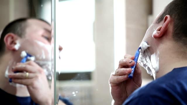 broda do golenia z maszynką do golenia - depilacja filmów i materiałów b-roll