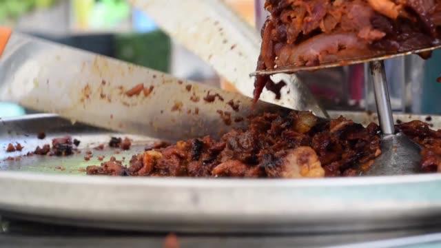 shawarma chef hackt fleisch mit zwei scharfen küchenmessern - döner stock-videos und b-roll-filmmaterial