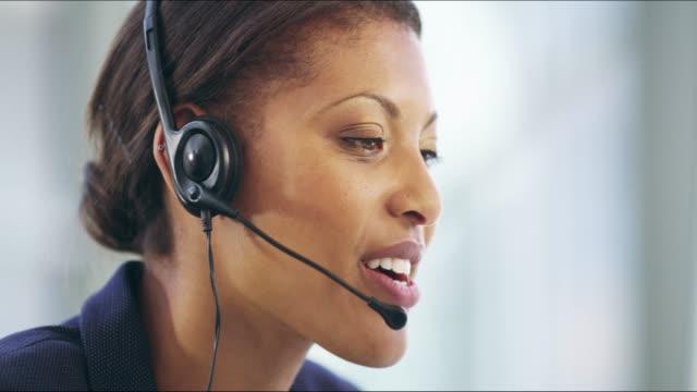 she can help - supporto tecnico video stock e b–roll