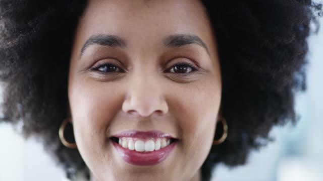 vídeos y material grabado en eventos de stock de ella lleva la confianza con esa sonrisa - sonrisa con dientes