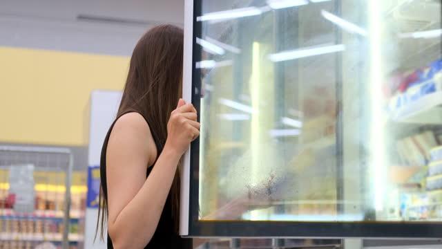 sie konnte nicht umhin, eis zum dessert zu kaufen - gefrierkost stock-videos und b-roll-filmmaterial