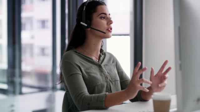 vídeos de stock, filmes e b-roll de ela tem um profundo conhecimento dos produtos e serviços de sua empresa - call center
