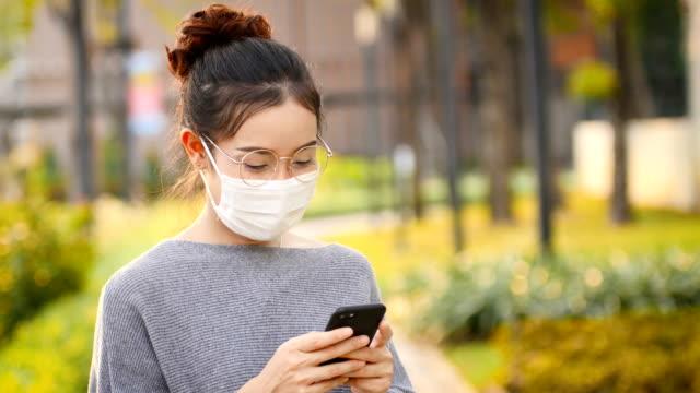 彼女はアレルギーがあり、市でほこりを見つけたときに発熱で病気です - マスク点の映像素材/bロール