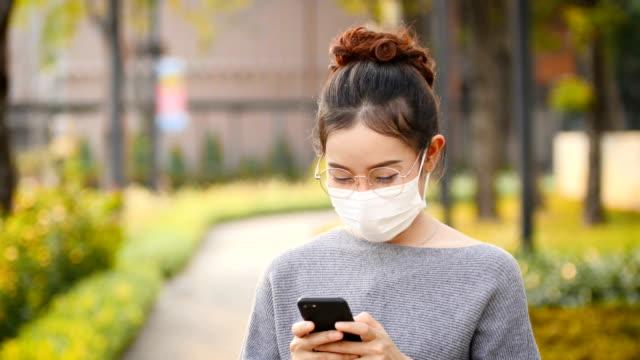 o alerjik ve şehirde toz bulundu ateş ile hasta - maske stok videoları ve detay görüntü çekimi