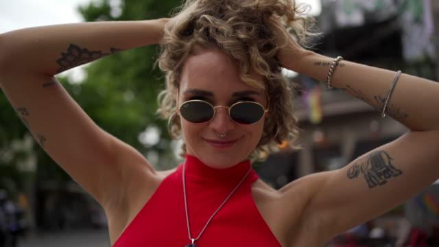 stockvideo's en b-roll-footage met ze is zo cool - 25 29 jaar