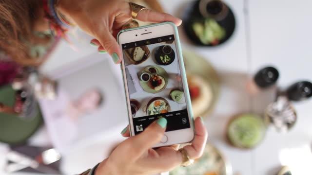 vidéos et rushes de elle fait des photos de petit déjeuner - prise avec un appareil mobile