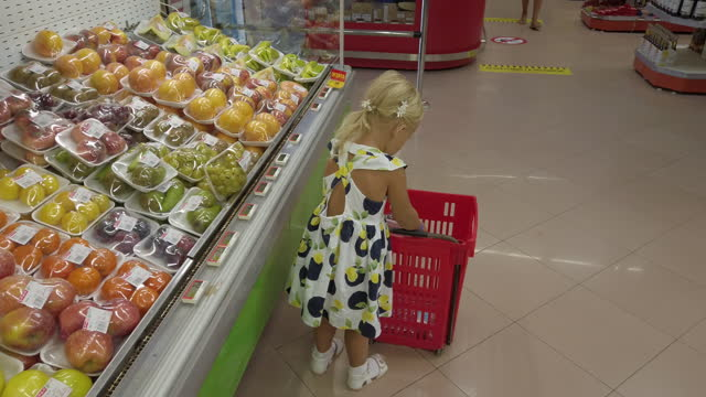 She knows how to choose the best fruits