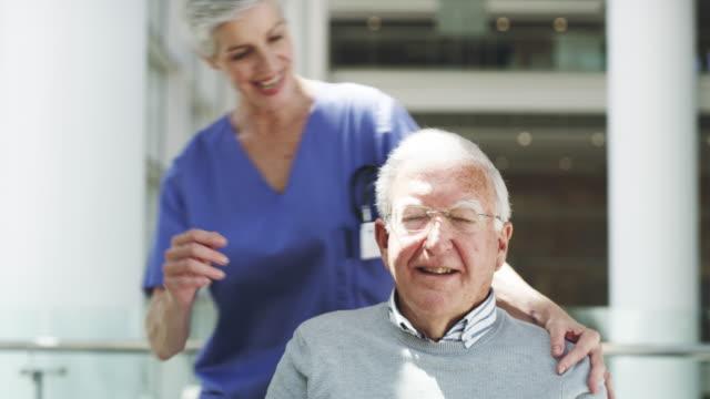 彼女は彼女の患者のすべてを非常に愛する - 老人ホーム点の映像素材/bロール