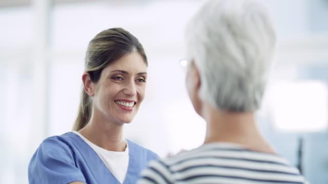 sie sieht jeden patienten als individuum - patientin stock-videos und b-roll-filmmaterial