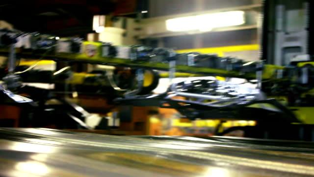stampaggio di parti in lamiera, nastro trasportatore - metal robot in logistic factory video stock e b–roll