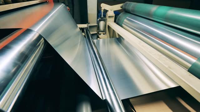 vídeos de stock e filmes b-roll de sheet of metal material is moving through the rolling transporter - aço