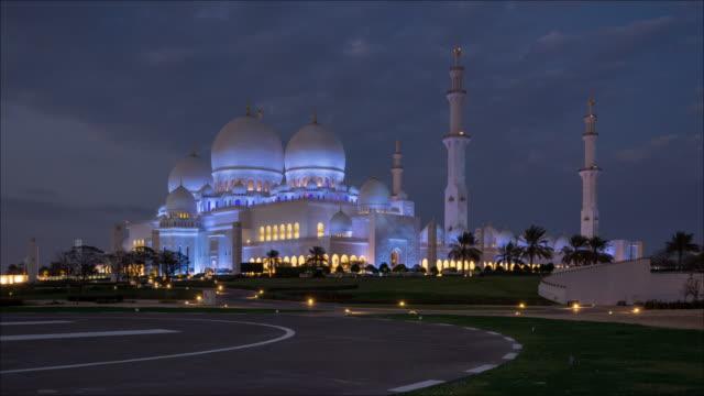 grande moschea t/l sheikh zayed ad abu dhabi, emirati arabi uniti - composizione digitale video stock e b–roll
