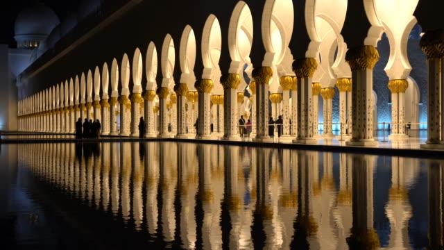 şeyh zayed büyük camii ile koridor - abu dhabi stok videoları ve detay görüntü çekimi