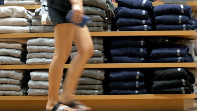 hyllor med kläder i butik - byxor bildbanksvideor och videomaterial från bakom kulisserna