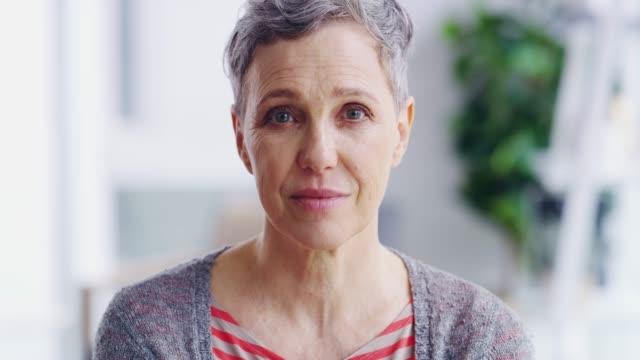 vídeos de stock, filmes e b-roll de ela está envelhecendo bem - mulheres idosas