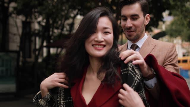 vídeos de stock e filmes b-roll de she's dating a true gentleman - namorar