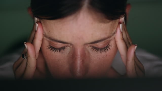 onun bir stres kaynaklı baş ağrısı var. - burnout stok videoları ve detay görüntü çekimi