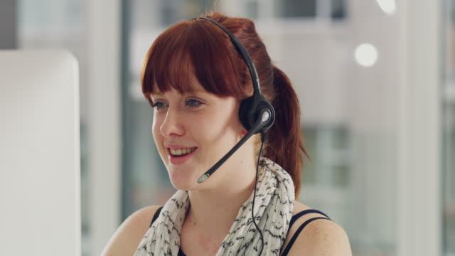 vídeos y material grabado en eventos de stock de ella tiene habilidades excepcionales de comunicación - centro de llamadas