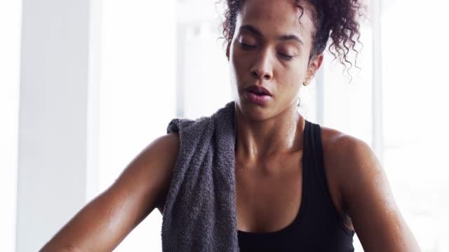 hon har ögonen på priset - black woman towel workout bildbanksvideor och videomaterial från bakom kulisserna