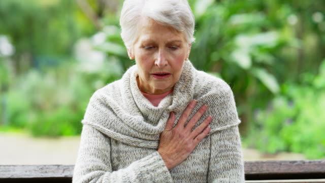vídeos de stock e filmes b-roll de she's got her life in her hands - ataque cardíaco