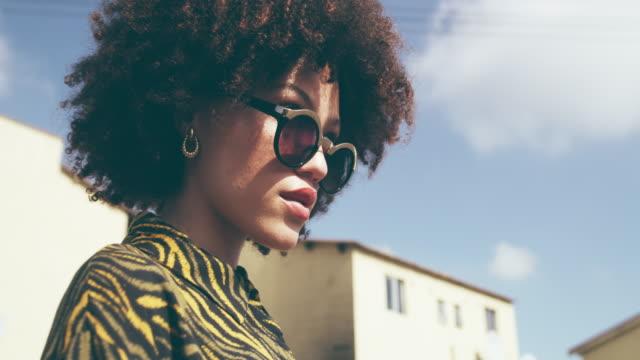 hon har den staden kinda cool - solglasögon bildbanksvideor och videomaterial från bakom kulisserna