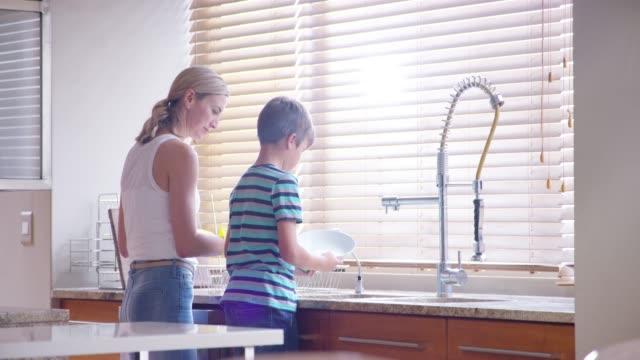 mükemmel bir genç çocuğu büyütmeye çalışıyor. - ultra yüksek çözünürlüklü televizon stok videoları ve detay görüntü çekimi