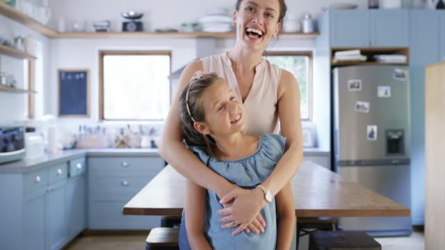 hon är orsaken till min lycka - enbarnsfamilj bildbanksvideor och videomaterial från bakom kulisserna