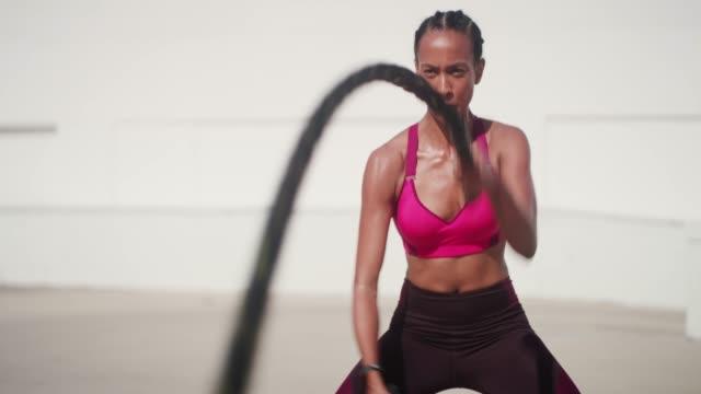 hon är vad du kallar en krigare - styrketräning bildbanksvideor och videomaterial från bakom kulisserna