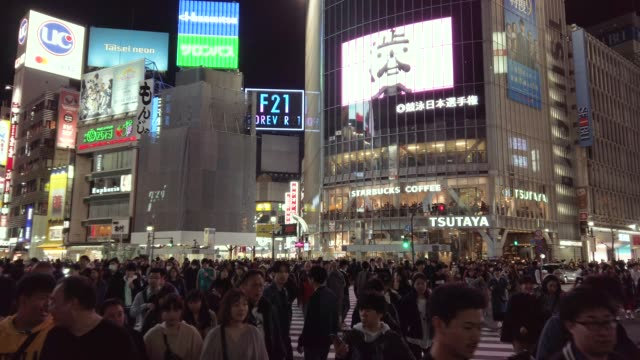 4k ws shibuya crossing at tokyo, japan - insegna commerciale video stock e b–roll