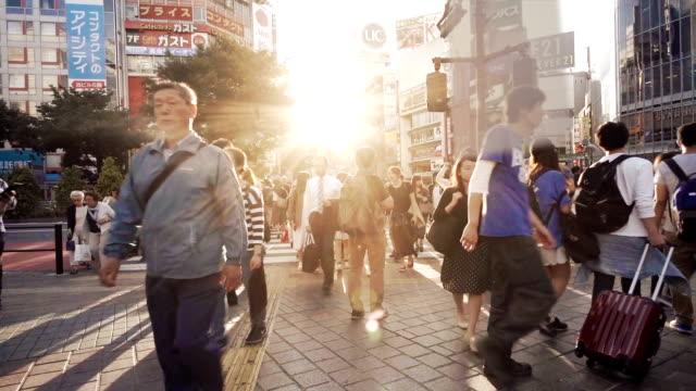 渋谷交差点交差点群集遅いモーション東京。 ビデオ