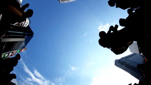 東京の渋谷のスクランブル交差点 - 交通信号機点の映像素材/bロール