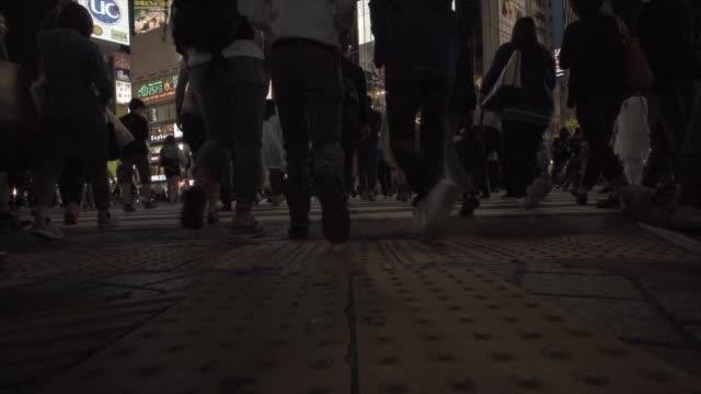 시부야 크로 싱 - 방관적인 사람들 스톡 비디오 및 b-롤 화면