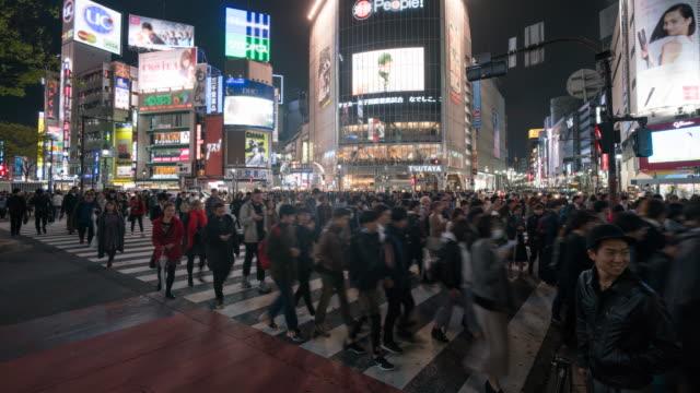 shibuya: menge menschen kreuzung straße - überweg warnschild stock-videos und b-roll-filmmaterial