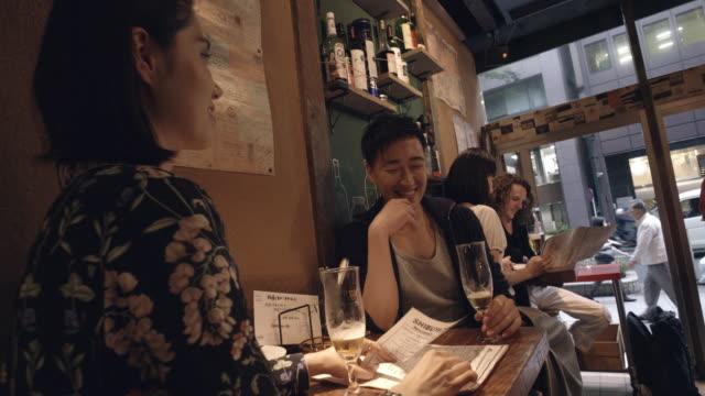 Movimiento lento de Shibuya amigos aperitivo Tokio Japón. - vídeo