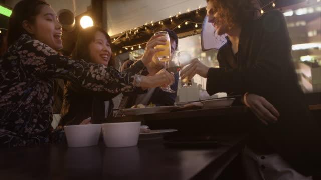 東京渋谷の友人トースト レストラン スローモーション。 - カフェ文化点の映像素材/bロール