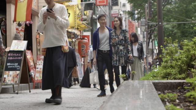 渋谷の友人歩いて通りゆっくりと動き東京。 - ストリートファッション点の映像素材/bロール