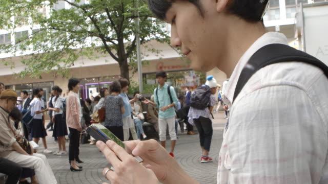 渋谷駅日本若者ではテキスト メッセージ東京。 ビデオ