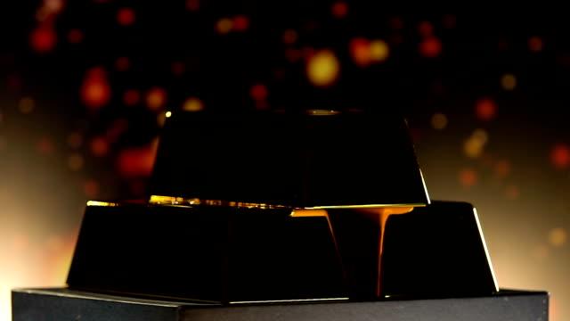 barre luminose d'oro che girano sul piedistallo su sfondo sfocato - scatola del tesoro video stock e b–roll