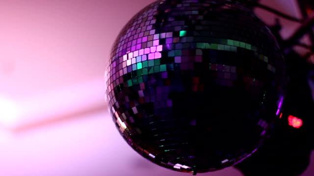 palla da discoteca splendente in movimento - full hd format video stock e b–roll