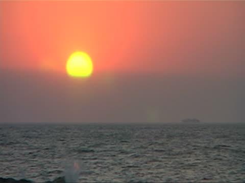 statek o zachodzie słońca - morze egejskie filmów i materiałów b-roll
