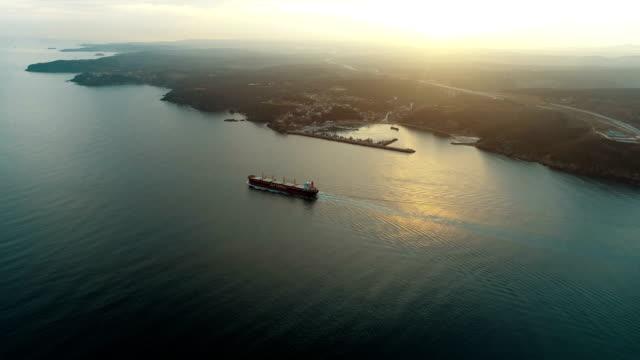 vídeos de stock, filmes e b-roll de navio cruzando imagens aéreas drone ao yavuz sultan selim ponte - istambul 4 k - estreito mar